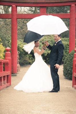 stürmisches Brautpaar, Hagenbecks Tierpark Hamburg – minalux wedding photography | intuitive Hochzeitsfotografie in Berlin und Hamburg von Mina Esfandiari