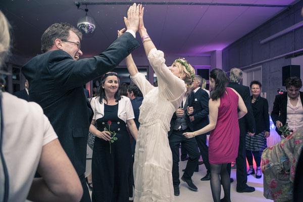 Hochzeitsgesellschaft, Braut, tanzend, Tanz, Partystimmung, Location: Fleet 3, Finkenwerder, Hamburg, minalux, wedding photography, Hochzeitsreportage, Mina Esfandiari