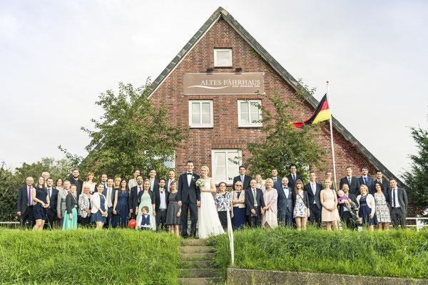 Brautpaar, Hochzeitsgesellschaft, Gruppenfoto, Altes Fährhaus Cranz, Hamburg, minalux, wedding photography, Hochzeitsreportage, Hochzeitsfotografie, Mina Esfandiari