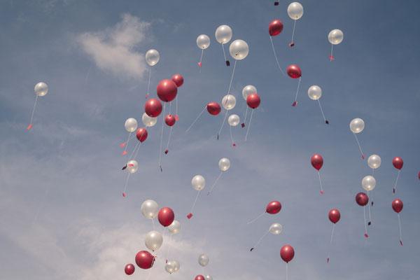 Luftballons, blauer Himmel, Aktion, Hamburg Gut Moor, minalux, wedding photography, Hochzeitsreportage, Hochzeitsfotografie, Mina Esfandiari