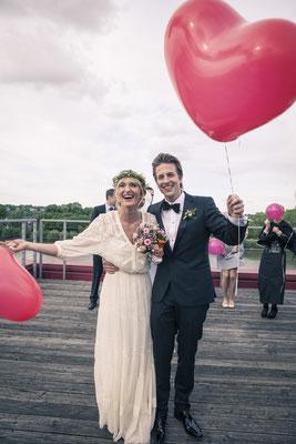 Brautpaar, Terrasse, Herz-Luftballons, Location: Fleet 3, Finkenwerder, Hamburg, minalux, wedding photography, Hochzeitsreportage, Mina Esfandiari
