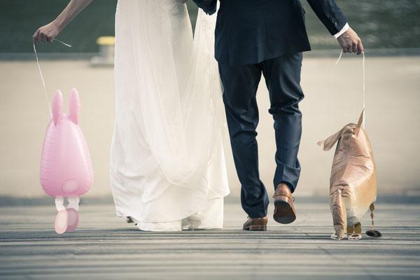 Brautpaar, Hand in Hand, Luftballons, rosa Hase, Hund, Speicherstadt, Hafencity, Hamburg, minalux, wedding photography, Hochzeitsreportage, Hochzeitsfotografie, Mina Esfandiari