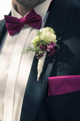 Bräutigam, Blumen-Anstecker,  pinke Fliege, Einstecktuch, Detail, St. Nicolai Kirche Hamburg Finkenwerder, minalux, wedding photography, Hochzeitsreportage, Hochzeitsfotografie, Mina Esfandiari