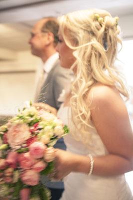 Einzug, Brautvater führt Braut zum Altar, Zeremonie, Trauung, Kirche Hittfeld Seevetal, minalux, wedding photography, Hochzeitsreportage, Hochzeitsfotografie, Mina Esfandiari