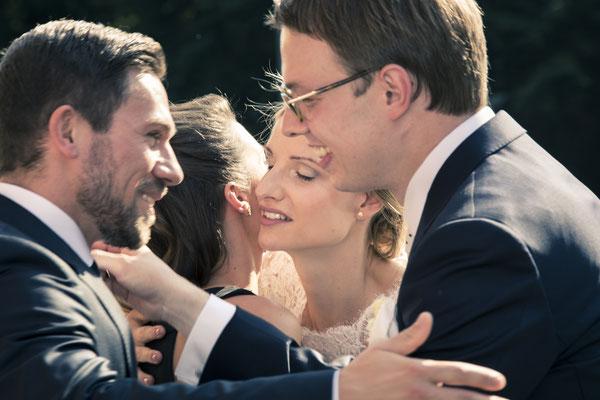 Brautpaar, Glückwünsche, Umarmung, Kirche St. Trinitatis, Hamburg, minalux, wedding photography, Hochzeitsreportage, Hochzeitsfotografie, Mina Esfandiari