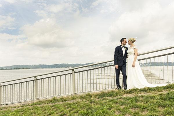 Brautpaar, Porträt, Elbblick, Ausblick, Sperrwerk Neuenfelde, Hamburg, minalux, wedding photography, Hochzeitsreportage, Hochzeitsfotografie, Mina Esfandiari