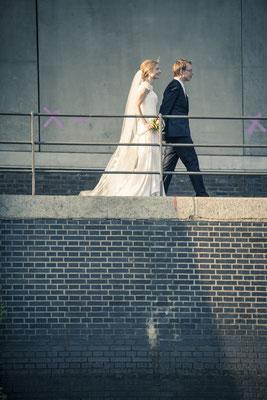 Brautpaar, Hand in Hand, Speicherstadt, Hafencity, Hamburg, minalux, wedding photography, Hochzeitsreportage, Hochzeitsfotografie, Mina Esfandiari