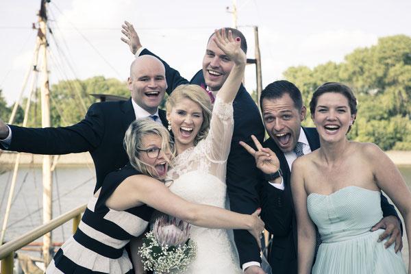 Trauzeugen, Gruppenfoto, albern, fun, Umarmung, Location: Fleet 3, Hamburg Finkenwerder, minalux, wedding photography, Hochzeitsreportage, Hochzeitsfotografie, Mina Esfandiari