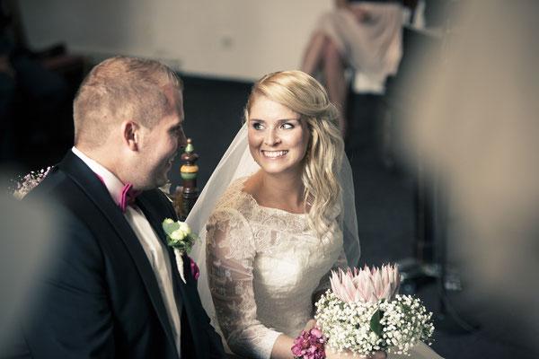 Brautpaar, Trauung, Zeremonie, Lächeln, St. Nicolai Kirche Hamburg Finkenwerder, minalux, wedding photography, Hochzeitsreportage, Hochzeitsfotografie, Mina Esfandiari
