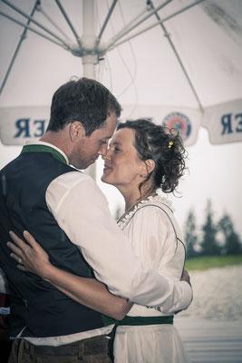 Brautpaar, freie Trauung, Zeremonie, Kuss, Tracht, Toni-Alm, Kitzbühel, Österreich, minalux, wedding photography, Hochzeitsreportage, Hochzeitsfotografie, Mina Esfandiari
