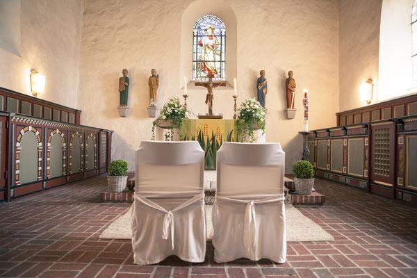 Dekoration, Stühle, vor der Zeremonie, Trauung, Kirche Hittfeld Seevetal, minalux, wedding photography, Hochzeitsreportage, Hochzeitsfotografie, Mina Esfandiari