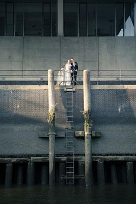 Brautpaar, Hafencity Hamburg – minalux wedding photography | intuitive Hochzeitsfotografie in Berlin und Hamburg von Mina Esfandiari