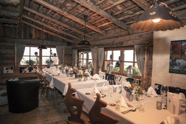 Tischdekoration, gedeckter Tisch, rustikal, Toni-Alm, Kitzbühel, Österreich, minalux, wedding photography, Hochzeitsreportage, Hochzeitsfotografie, Mina Esfandiari