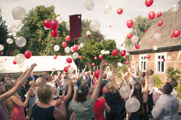 Hochzeitsgesellschaft, Gäste, Luftballons, Aktion, Hamburg Gut Moor, minalux, wedding photography, Hochzeitsreportage, Hochzeitsfotografie, Mina Esfandiari