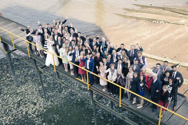 Gruppenfoto, maritim, Wasser, Strand, Location: Fleet 3, Hamburg Finkenwerder, minalux, wedding photography, Hochzeitsreportage, Hochzeitsfotografie, Mina Esfandiari