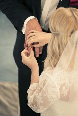 Brautpaar, Trauung, Zeremonie, Ringtausch, Ringe, St. Nicolai Kirche Hamburg Finkenwerder, minalux, wedding photography, Hochzeitsreportage, Hochzeitsfotografie, Mina Esfandiari