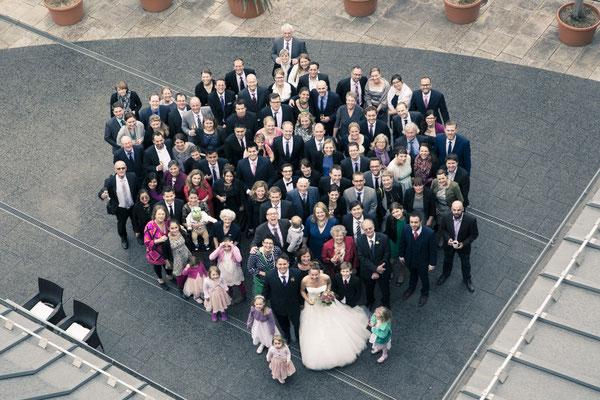 Hochzeitsgesellschaft, Gruppenfoto, von oben, Lindner Park-Hotel Hagenbeck, Hamburg Stellingen, minalux, wedding photography, Hochzeitsreportage, Hochzeitsfotografie, Mina Esfandiari