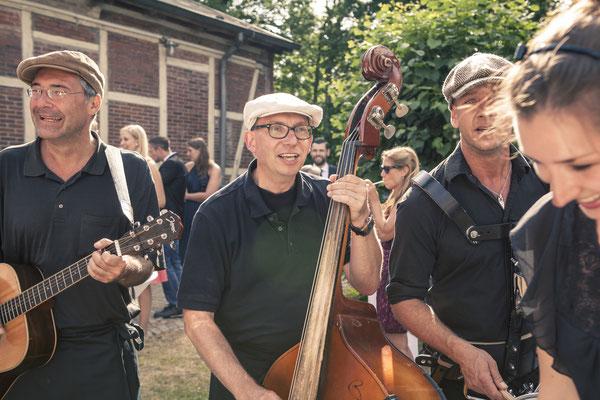 Musiker, Band, Kontrabass, Tanz, Spaß, Aktion, Hamburg Gut Moor, minalux, wedding photography, Hochzeitsreportage, Hochzeitsfotografie, Mina Esfandiari