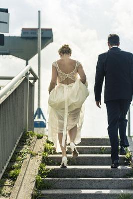 Brautpaar, Maritim, Porträt, Kräne, Treppe, Sperrwerk Neuenfelde, Hamburg, minalux, wedding photography, Hochzeitsreportage, Hochzeitsfotografie, Mina Esfandiari