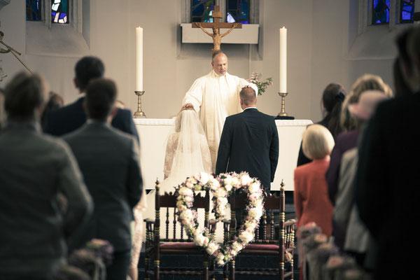 Brautpaar, Segnung, Trauung, Zeremonie, Pastor, St. Nicolai Kirche Hamburg Finkenwerder, minalux, wedding photography, Hochzeitsreportage, Hochzeitsfotografie, Mina Esfandiari