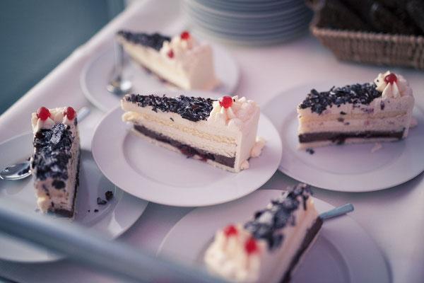 Dessert, Kuchenanschneiden, Hochzeitstorte, Kirsche, Location: Fleet 3, Hamburg Finkenwerder, minalux, wedding photography, Hochzeitsreportage, Hochzeitsfotografie, Mina Esfandiari