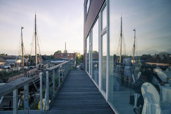 Hafenblick, Flucht, Architektur, Terrasse, Location: Fleet 3, Finkenwerder, Hamburg, minalux, wedding photography, Hochzeitsreportage, Mina Esfandiari