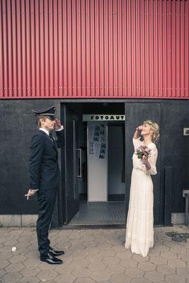 Brautpaar, Fotobox, Fun, Location: Fleet 3, Finkenwerder, Hamburg, minalux, wedding photography, Hochzeitsreportage, Mina Esfandiari
