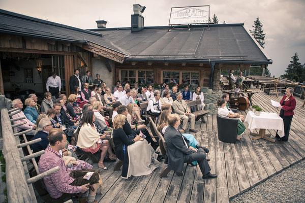 Hochzeitsgesellschaft, freie Trauung, Zeremonie, Bergblick, rustikal, Tracht, Toni-Alm, Kitzbühel, Österreich, minalux, wedding photography, Hochzeitsreportage, Hochzeitsfotografie, Mina Esfandiari