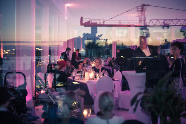 Hafenblick, nachts, Abendstimmung, Architektur, Terrasse, Kerzenlicht, Romantik, Location: Fleet 3, Finkenwerder, Hamburg, minalux, wedding photography, Hochzeitsreportage, Mina Esfandiari