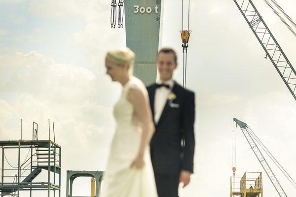 Brautpaar, Maritim, Porträt, Kräne, Blur, Sperrwerk Neuenfelde, Hamburg, minalux, wedding photography, Hochzeitsreportage, Hochzeitsfotografie, Mina Esfandiari