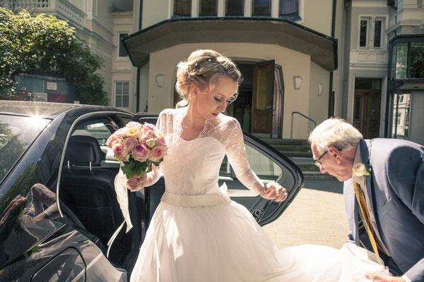 Braut, Brautvater, vor der Hochzeit, Kirche: Christengemeinschaft Hamburg Mitte, minalux, wedding photography, Hochzeitsreportage, Hochzeitsfotografie, Mina Esfandiari