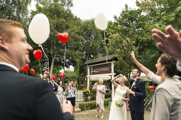 Brautpaar, freie Trauung, Zeremonie, Hochzeitsgesellschaft, Luftballons, Herzen, Altes Fährhaus Cranz, Hamburg, minalux, wedding photography, Hochzeitsreportage, Hochzeitsfotografie, Mina Esfandiari