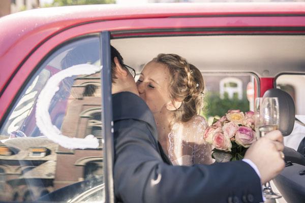 Brautpaar, Kuss, Küsse, Auto, Braupaarauto, Hamburg Rothenbaum, minalux, wedding photography, Hochzeitsreportage, Hochzeitsfotografie, Mina Esfandiarit
