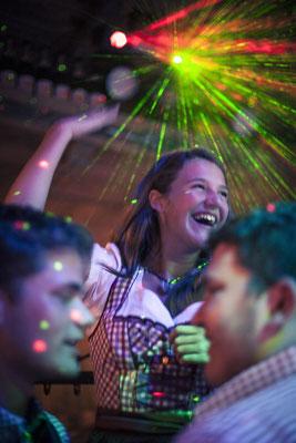 Gast, Gäste, tanzendes Mädchen, Tanz, Tracht, Dirndl, Party, Feier, Toni-Alm, Kitzbühel, Österreich, minalux, wedding photography, Hochzeitsreportage, Hochzeitsfotografie, Mina Esfandiari