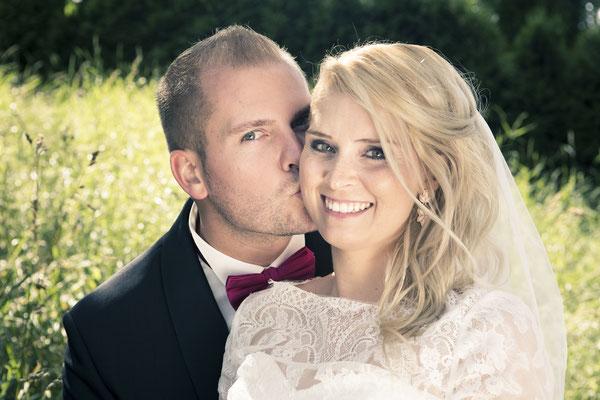 Brautpaar, Porträt, Kuss, St. Nicolai Kirche Hamburg Finkenwerder, minalux, wedding photography, Hochzeitsreportage, Hochzeitsfotografie, Mina Esfandiari