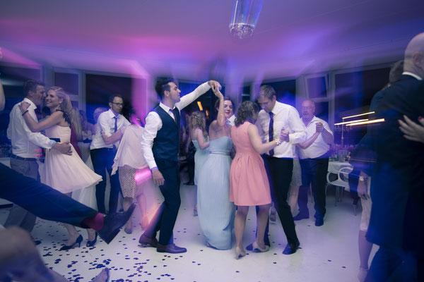 tanzend, Tanz, Feier, Party, Stimmung, Location: Fleet 3, Hamburg Finkenwerder, minalux, wedding photography, Hochzeitsreportage, Hochzeitsfotografie, Mina Esfandiari