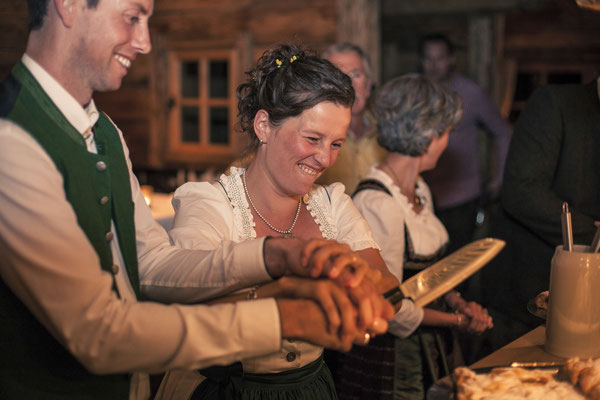 Brautpaar, Kuchenanschneiden, Tracht, Toni-Alm, Kitzbühel, Österreich, minalux, wedding photography, Hochzeitsreportage, Hochzeitsfotografie, Mina Esfandiari
