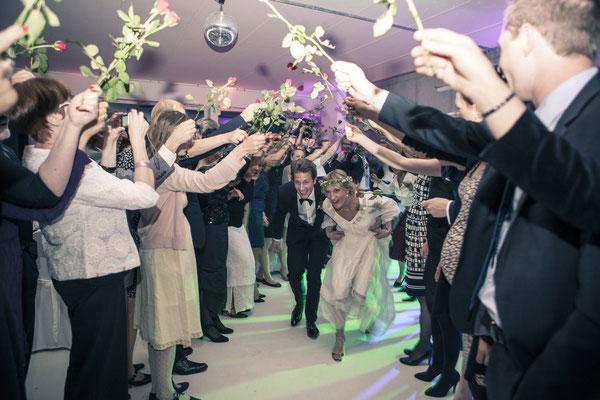 Spalier, Hochzeitsgesellschaft, Rosen, Brautpaar, Location: Fleet 3, Finkenwerder, Hamburg, minalux, wedding photography, Hochzeitsreportage, Mina Esfandiari