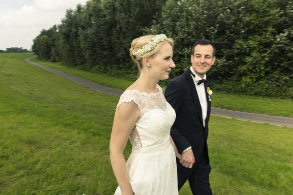 Brautpaar, Porträt, grüne Wiese, Sperrwerk Neuenfelde, Hamburg, minalux, wedding photography, Hochzeitsreportage, Hochzeitsfotografie, Mina Esfandiari