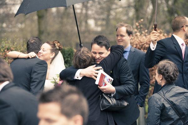 Hochzeitsgesellschaft, Umarmung, Glückwünsche, St. Johannis Kirche Eppendorf, Hamburg, minalux, wedding photography, Hochzeitsreportage, Hochzeitsfotografie, Mina Esfandiari