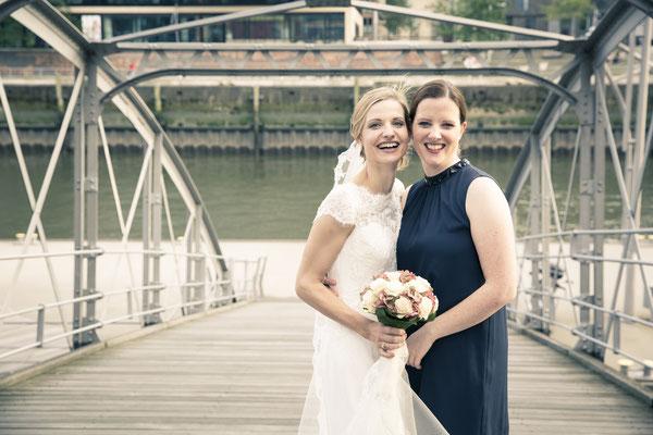 Braut, Trauzeugin, Speicherstadt, Hafencity, Hamburg, minalux, wedding photography, Hochzeitsreportage, Hochzeitsfotografie, Mina Esfandiari
