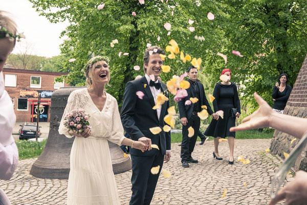 Brautpaar, Rosen, Hochzeit, Kirche, Ev. Luth. Kirchenkreis Hittfeld, Seevetal, minalux, wedding photography, Hochzeitsreportage, Mina Esfandiari