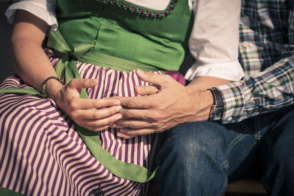 Brautpaar, Ringe, Hand in Hand, Umarmung, rustikal, Kitzbühel, Österreich, minalux, wedding photography, Hochzeitsreportage, Hochzeitsfotografie, Mina Esfandiari