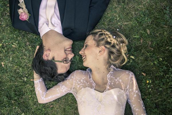 Brautpaar, liegend, Wiese, Gras, von oben, Porträt, Location: Deutsche Alfred-Schnittke-Gesellschaft, Musikseminar Hamburg, minalux, wedding photography, Hochzeitsreportage, Hochzeitsfotografie, Mina Esfandiari