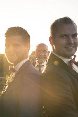 Bräutigam, Abendstimmung, Abendlicht, Gäste, Trauzeugen, Hochzeitsgesellschaft, lichtdurchflutet, Location: Fleet 3, Hamburg Finkenwerder, minalux, wedding photography, Hochzeitsreportage, Hochzeitsfotografie, Mina Esfandiari