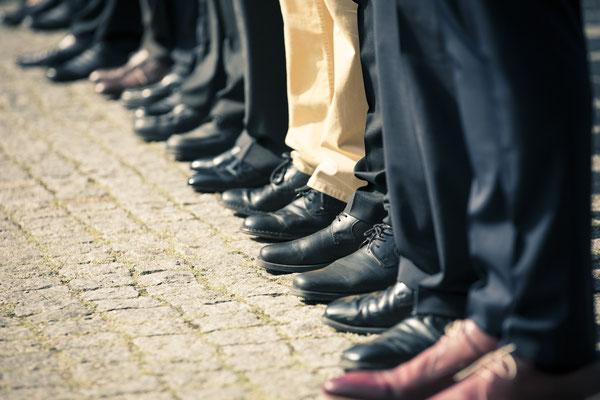 Hochzeitsgesellschaft, Schuhe, aufgereiht, in Reihe, Kirche St. Trinitatis, Hamburg, minalux, wedding photography, Hochzeitsreportage, Hochzeitsfotografie, Mina Esfandiari
