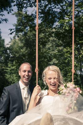 Brautpaar, Schaukel, Spaß, Aktion, Porträt, Hamburg Gut Moor, minalux, wedding photography, Hochzeitsreportage, Hochzeitsfotografie, Mina Esfandiari