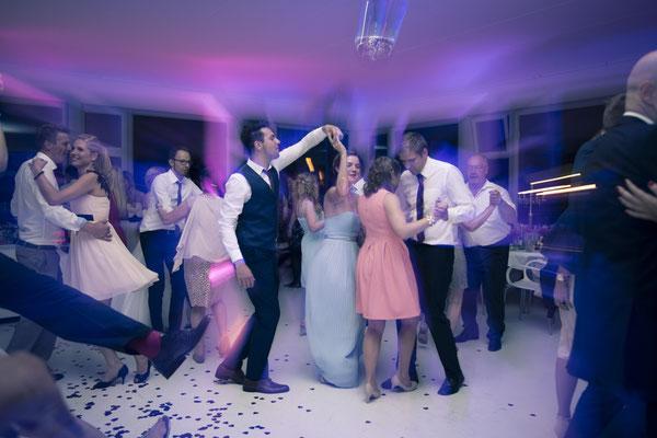 Partystimmung, Fleet 3, Hamburg-Finkenwerder – minalux wedding photography | intuitive Hochzeitsfotografie in Berlin und Hamburg von Mina Esfandiari