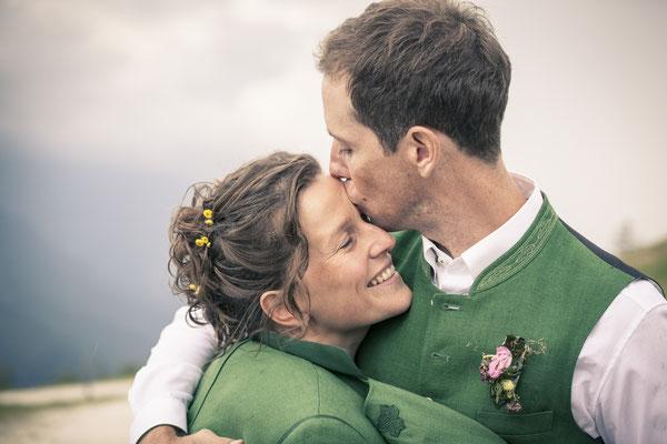 Brautpaar, Kuss, Tracht, Toni-Alm, Kitzbühel, Österreich, minalux, wedding photography, Hochzeitsreportage, Hochzeitsfotografie, Mina Esfandiari