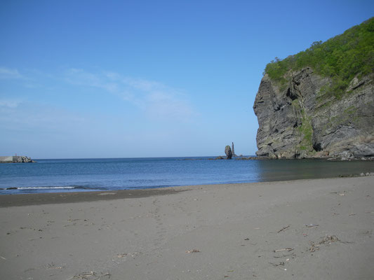 古平町。豊浜付近 遠くに見えるのはローソク岩